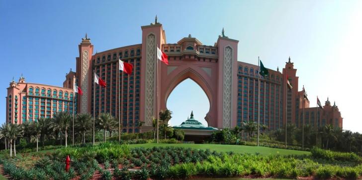 Флаги ОАЭ на фоне здания